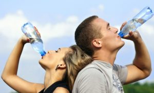 Een goed idee is ook dat direct na het opstaan je eerst een groot glas koud water drinkt. Dit kan je metabolisme gedurende 90 minutentot wel 24% stimuleren.