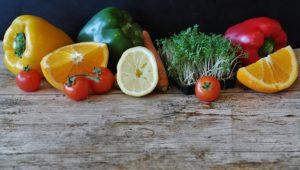 Zorg voor een uitgebalanceerd dieet dat bestaat uit fruit, groenten, complexe koolhydraten, complete eiwitten en gezonde vetten zoals visolie en lijnzaad.