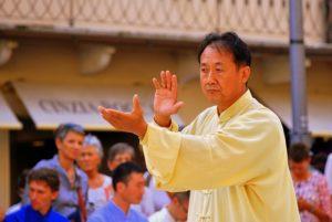 Tai Chi is een traditioneel Chinees systeem van tal van lichaams-oefeningen. Deze worden gekenmerkt door en serie harmonieuze bewegingen die men op een langzame envloeiende manier uitvoert.