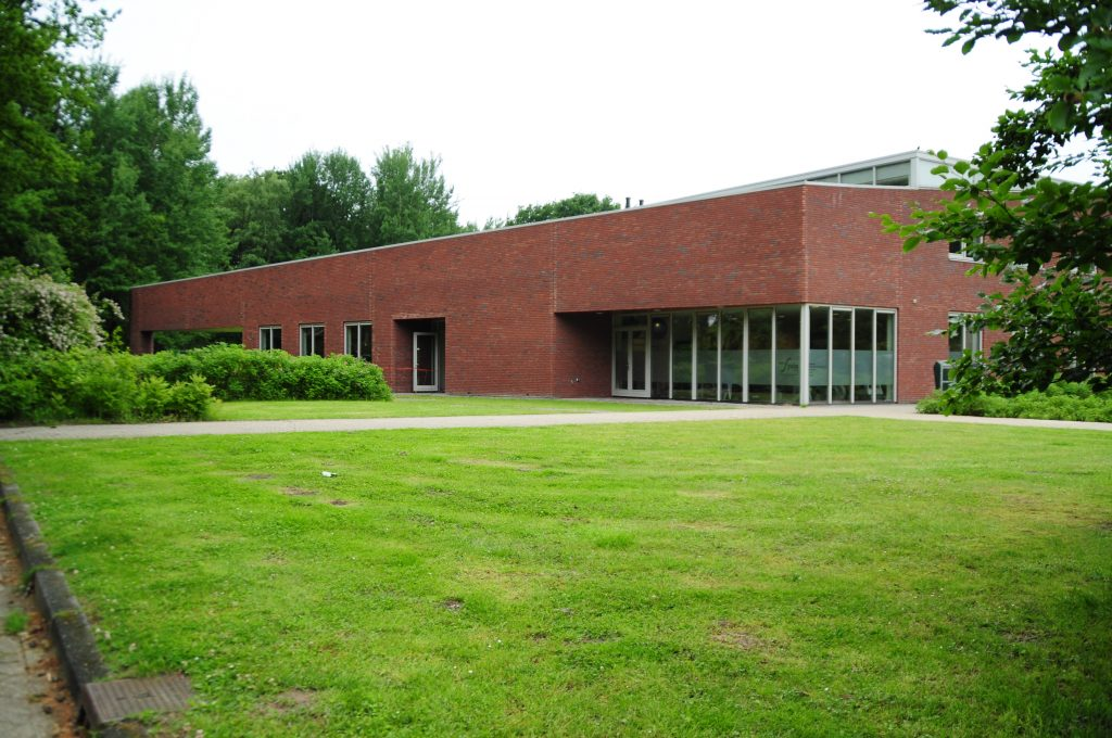 Bewegingscentrum Norg een ruim centrum van 2000 m² met een breed scala aan beweegactiviteiten en een multifunctioneel beweegklimaat. Ligt beschut in een mooie bosrijke groene omgeving. Er is volop parkeergelegenheid voor bezoekers zowel met de auto als te fiets