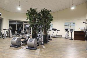 Onze fitness is ruim 500m2 en biedt volop mogelijkhedenvoor zowel jong als oud. Wij werken uitsluitend met Technogym apparatuur