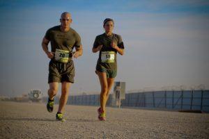 Fartlek training wil zeggen dat je traint zonder rust intervallen, deze type training wordt vaak gebruikt binnen Steady State trainingen. In deze trainingen kun je variëren in de intensiteit en het type oefeningen.